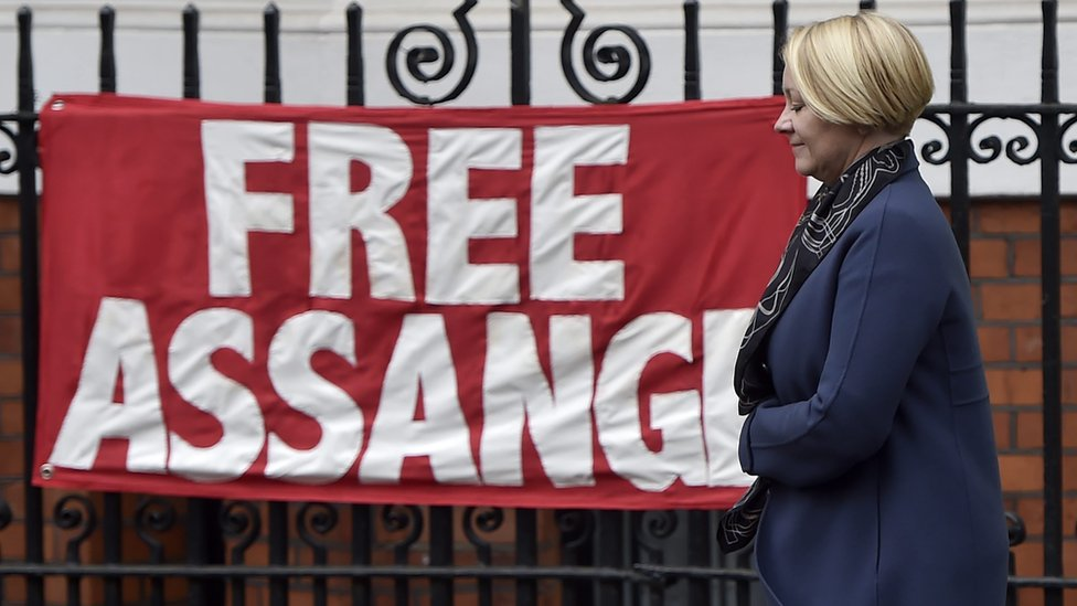 "Banderola que dice ""liberen a Assange""."
