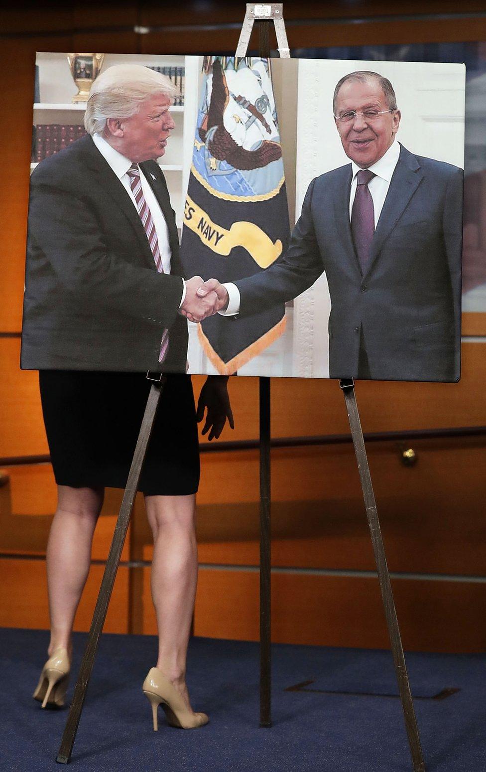 Senadores demócratas muestran una foto del presidente de EE.UU., Donald Trump, dándole la bienvenida al ministro de Relaciones Exteriores de Rusia, Sergei Lavrov. La imagen fue exhibida en el edificio del Senado estadounidense.