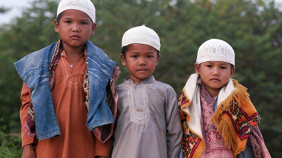 Tiga anak rimba muslim
