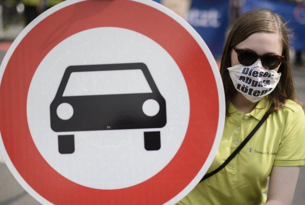 Activista en Alemania con una pancarta contra los motores diésel.