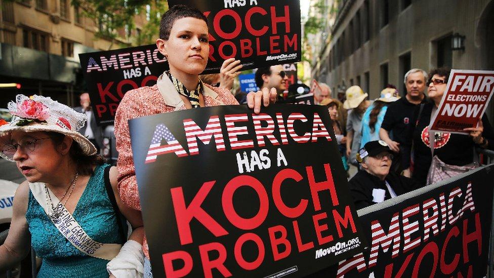 Activistas y demócratas en EE.UU. acusan desde hace tiempo a los hermanos Koch de usar su dinero de forma injusta a favor de causas conservadoras.