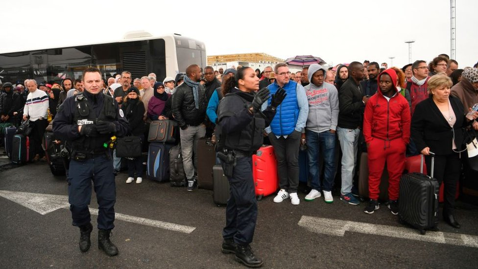 Una multitud de viajeros en el aeropuerto de Orly.