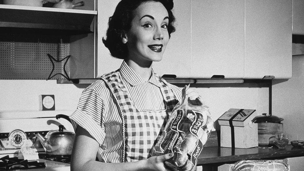Ama de casa feliz con su pan de supermercado