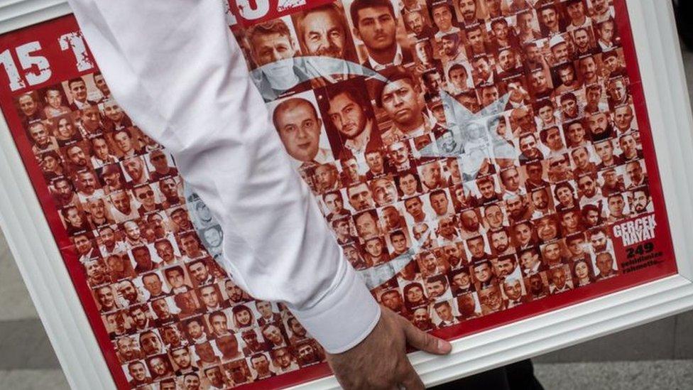 لافتة بأسماء ضحايا الانقلاب