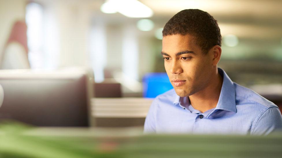 Un hombre trabajando en una oficina