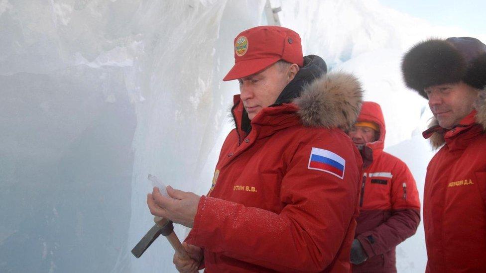 El presidente ruso, Vladimir Putin, junto al primer ministro, Dimitri Medvedev, en el remoto archipiélago de Tierra de Francisco José, en el Ártico.