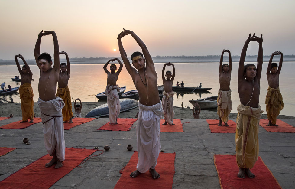 Brahmanes entrenando para convertirse en sacerdotes en Varanasi