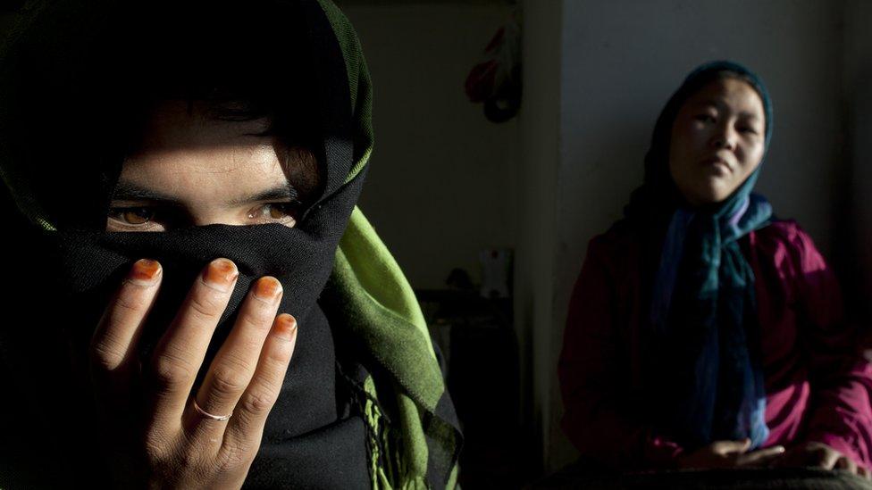 La mujer de la foto fue obligada a casarse a los 11 años en Afganistán. Su novio tenía sólo cinco años más que ella.