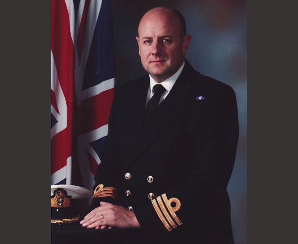 David Shutts con su uniforme de la marina británica.