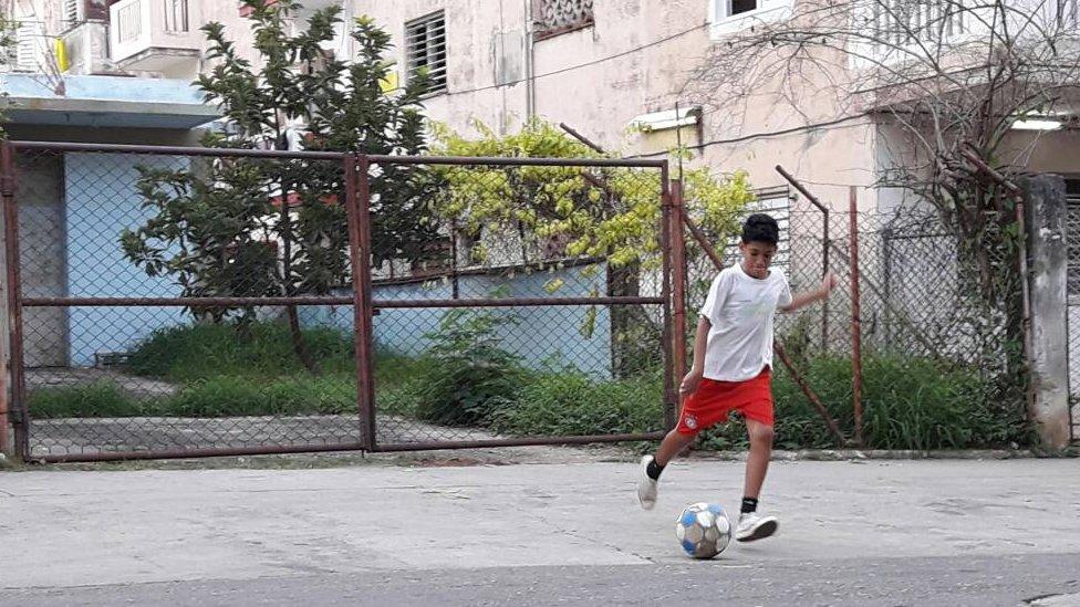 Javier, de 12 años, pateando un balón.