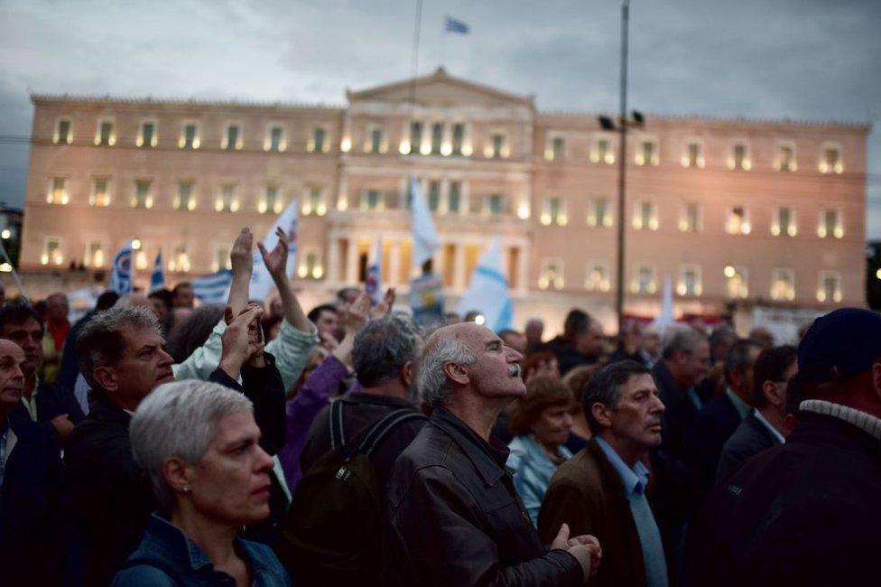 En la primera escena de Offshore, el libro más reciente de Petros Márkaris, se enmarca en la plaza Syntagma de Atenas.