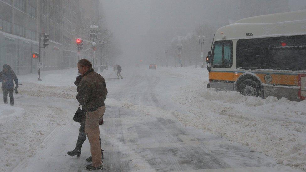 Una calle en Boston cubierta por la nieve