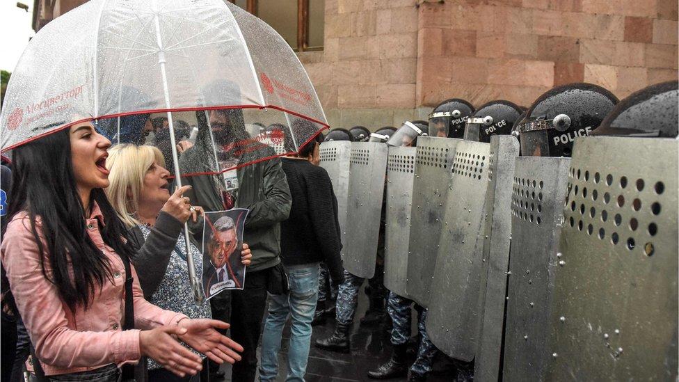 Armenia leader intervenes in protest against predecessor | BBC