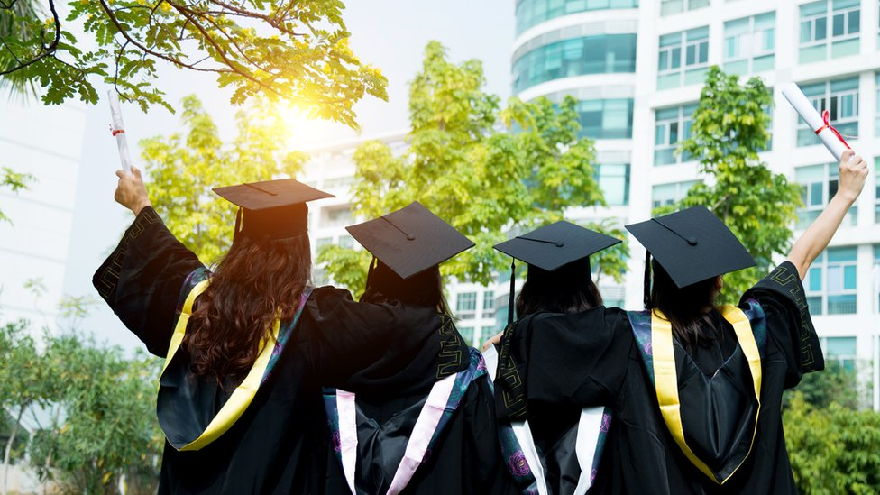 Mujeres graduadas.