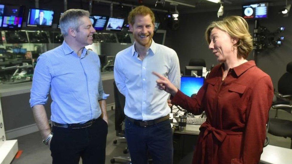 الأمير هاري في استوديو البرنامج مع المذيعين جاستين ويب وسارا مونتاغ