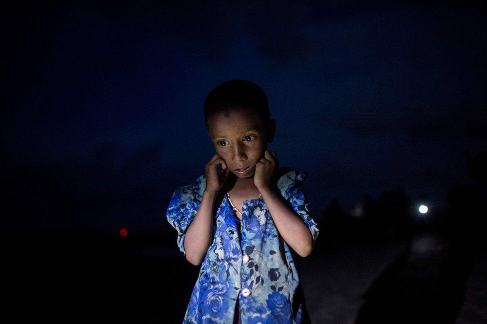 Una niña con los ojos abiertos tras llegar como refugiada a Bangladesh.