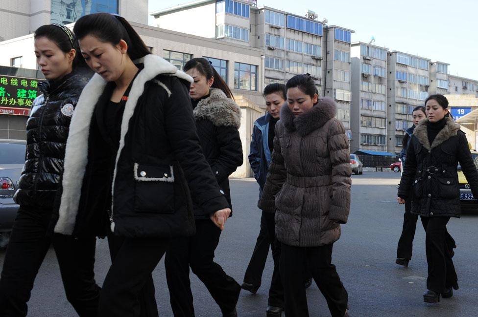 Un grupo de mujeres caminando en Corea del Norte.