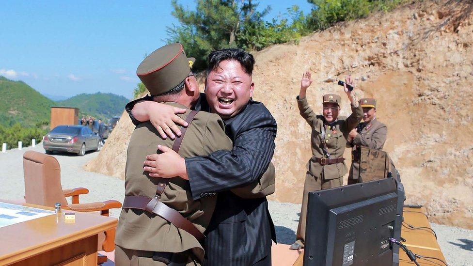 El líder norcoreano Kim Jong un celebra el lanzamiento