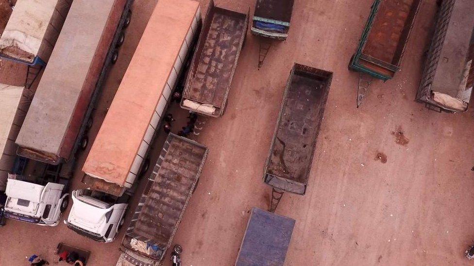 Imagen aérea de los camiones que componían el convoy.