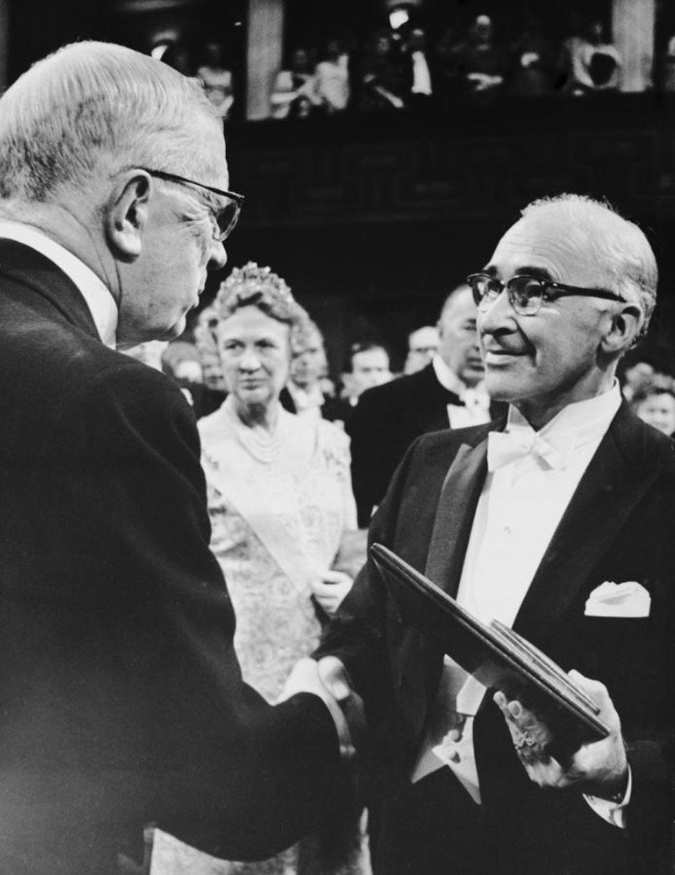 George Wald recibiendo el Nobel