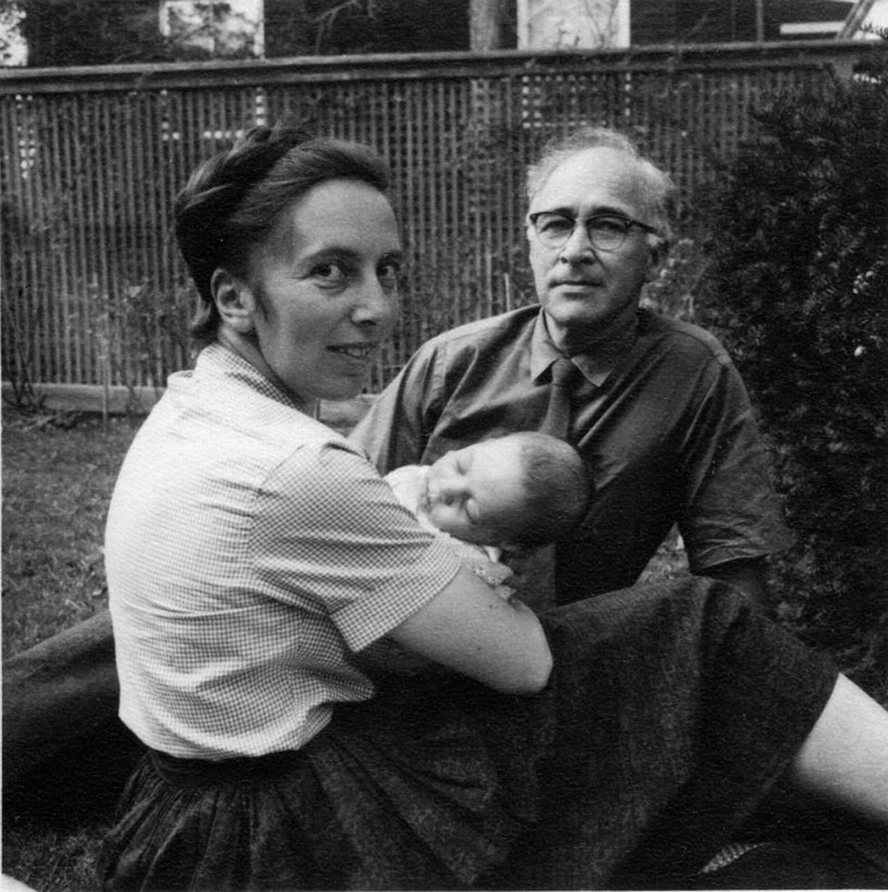 George Wald y Ruth Hubbard con su bebé Elijah, en 1959.