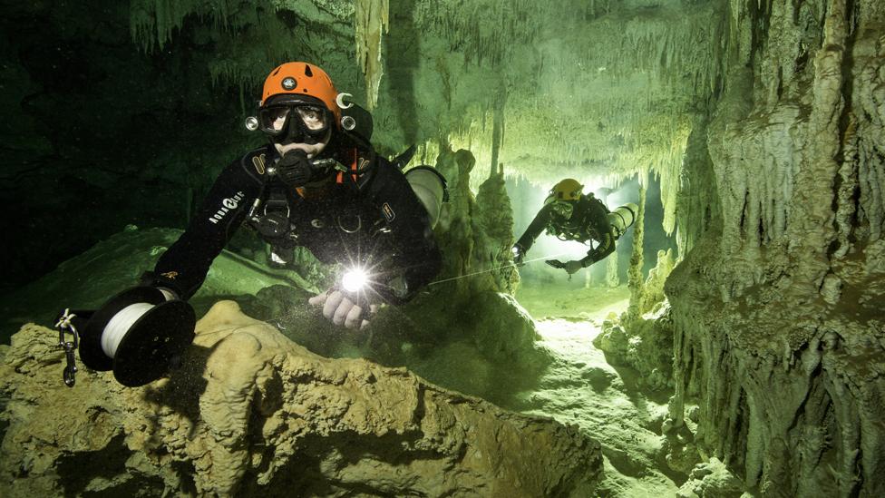 Explorador en la cueva Sac Actun