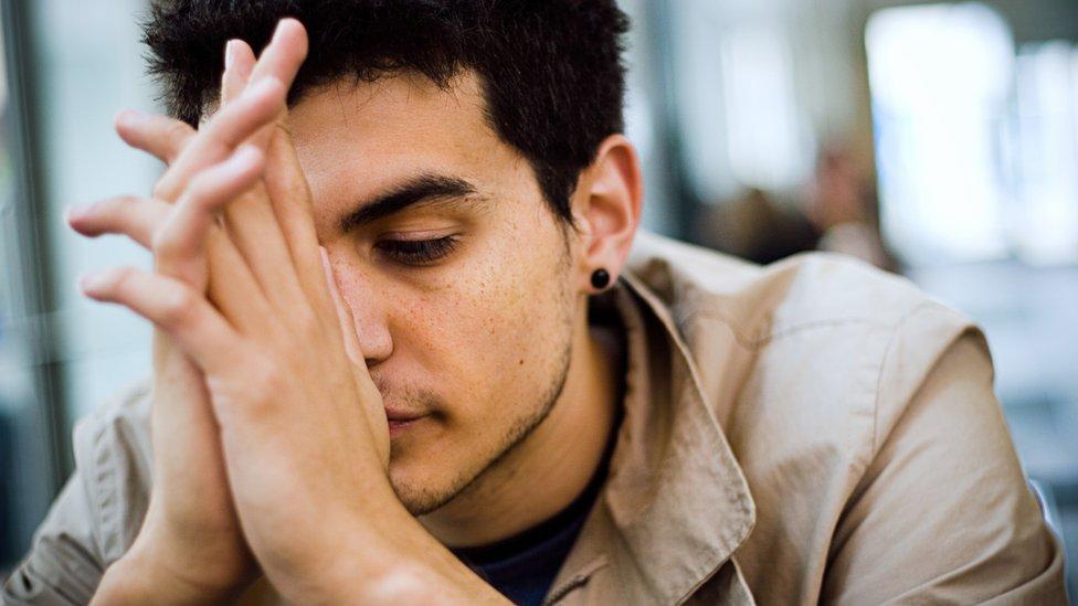 Un hombre joven con cara de preocupado