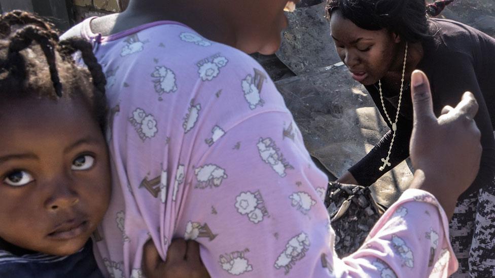 Niña y su madre en Zimbabue