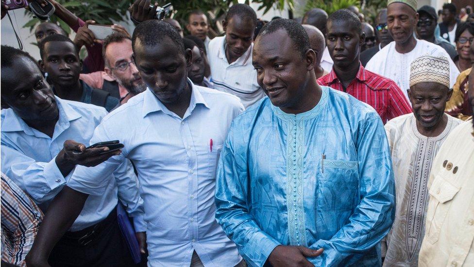 الرئيس الغامبي المنتخب، أداما بارو، بعد لقائه وسطاء مجموعة إيكواس في بانجول، مساء الجمعة