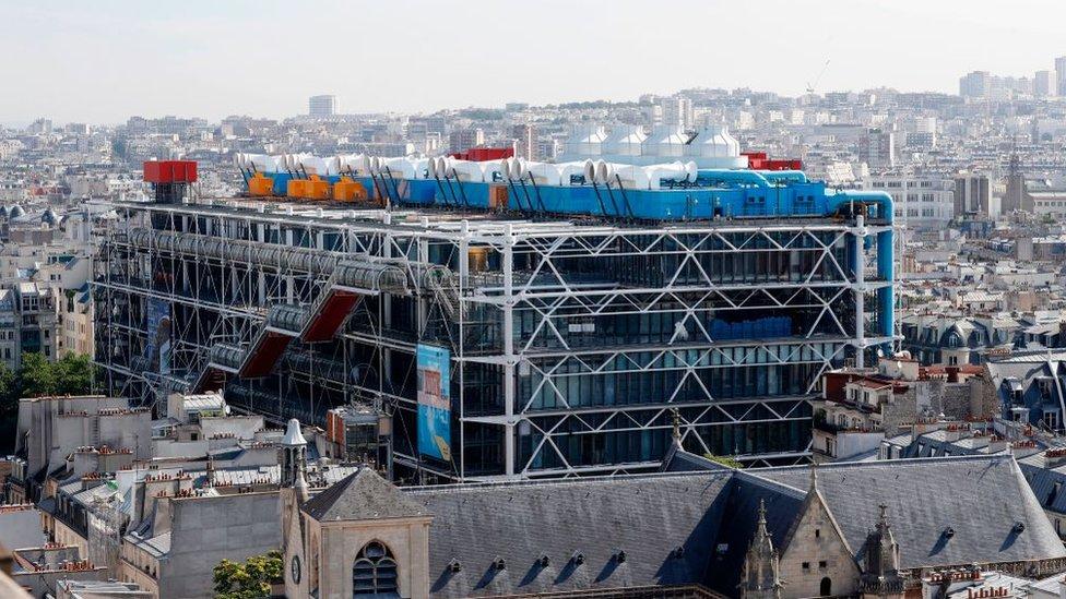 Richard Rogers ganó, junto a Renzo Piano, el concurso internacional para construir el centro de artes Georges Pompidou en París.