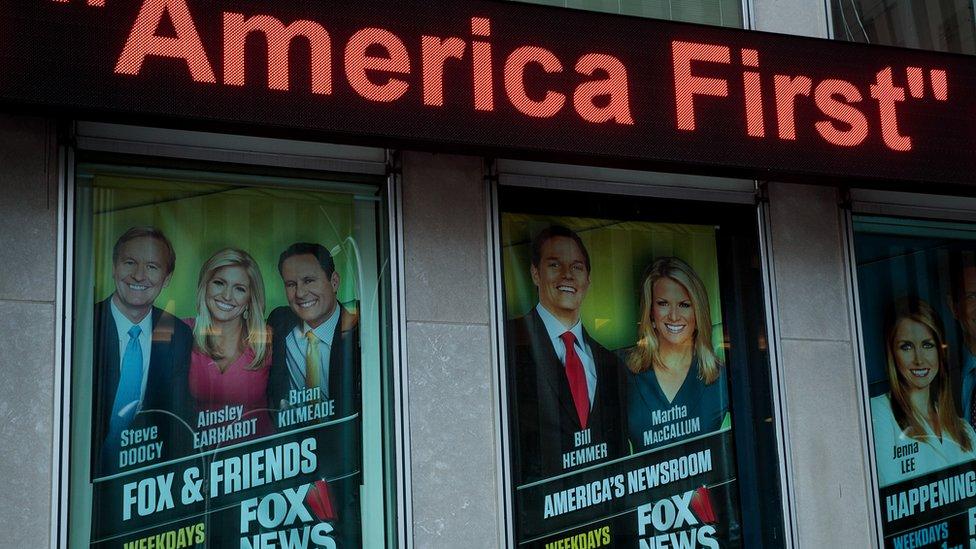Carteles de promoción de programas de la cadena Fox.