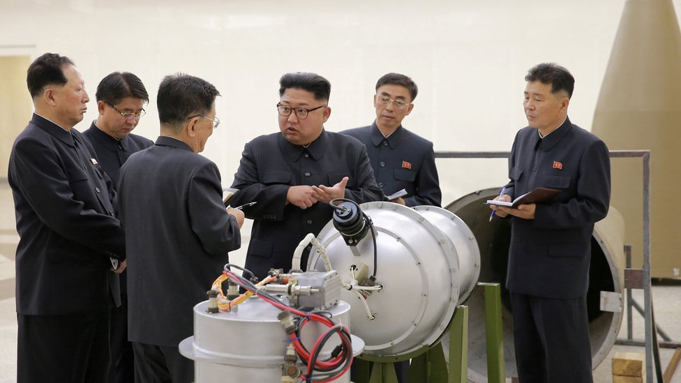 Ri Hong-sop (3o izq) y Hong Sung Mu (izq) con Kim Jong-un