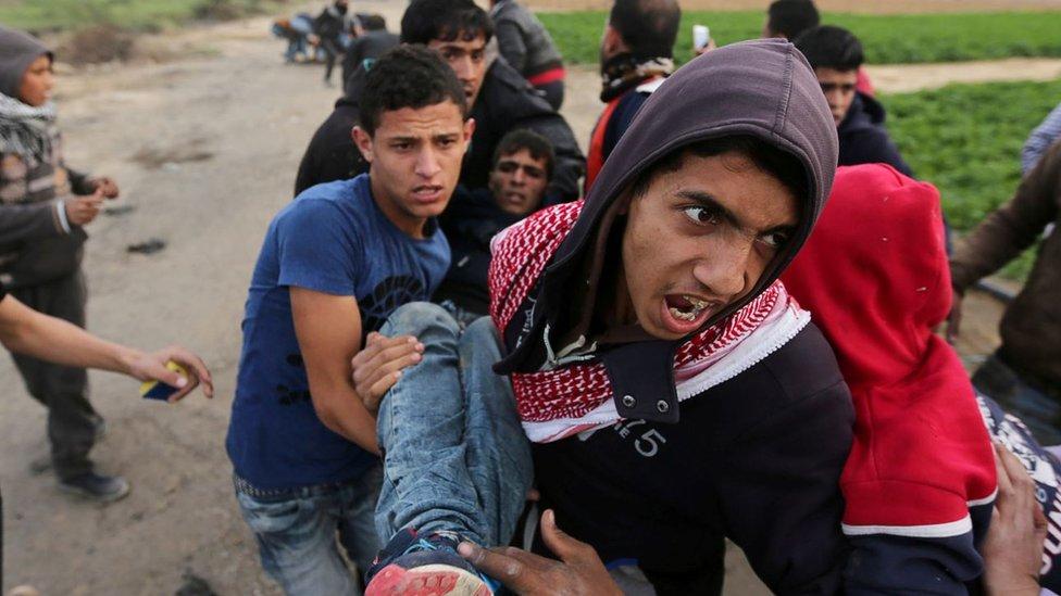 Un herido es cargado por manifestantes