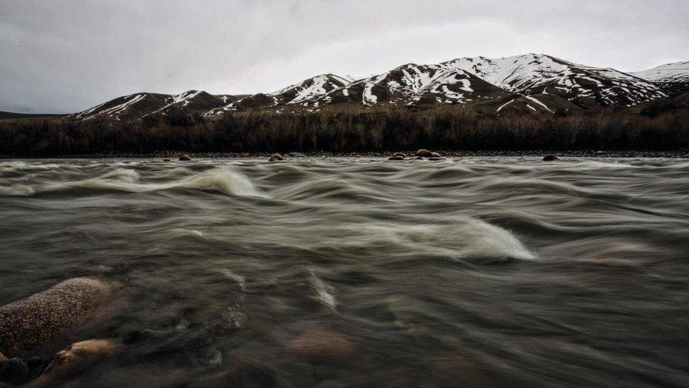 Kirguistán tiene enormes embalses de agua contenidos en masivos depósitos en elevadas altitudes.