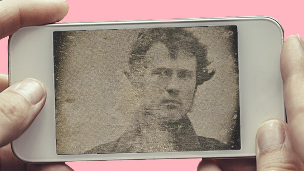 Un teléfono mostrando el selfie de Robert Cornelius.