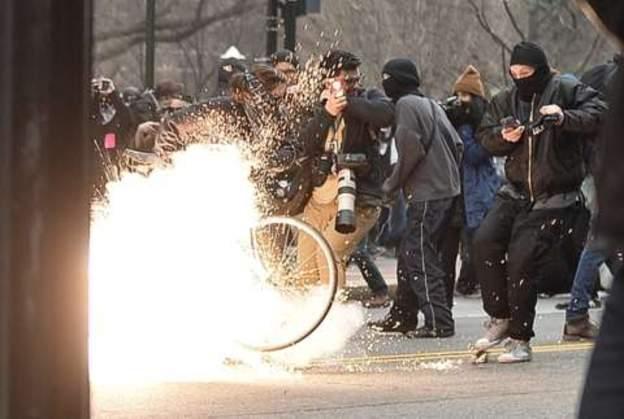 في واشنطن وقعت اشتباكات بين المحتجين المعارضين لترامب والشرطة اثناء القائه خطاب تنصيبه رئيسا
