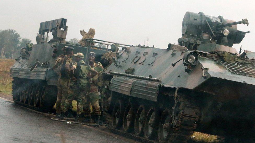 Soldados junto a tanques en Harare, Zimbabue