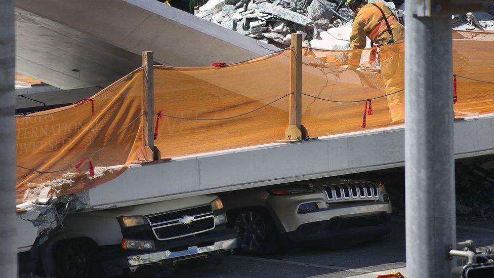 Autos aplastados por el colapso del puente.