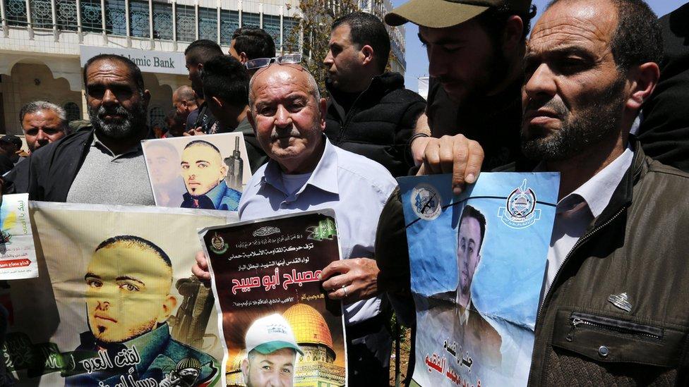 وقفة لبعض الفلسطينيين تضامنا مع الأسرى