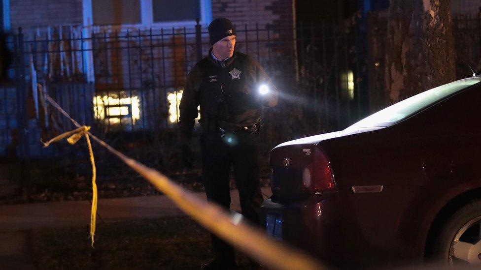 Policía con linterna en Chicago