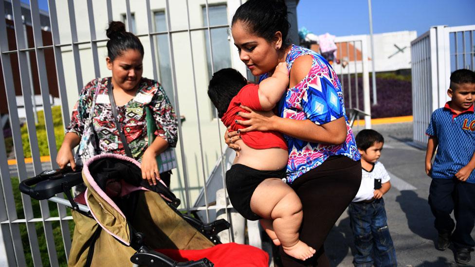 Isabel Pantoja sentando a su hijo Luis Manuel en un carrito de bebé