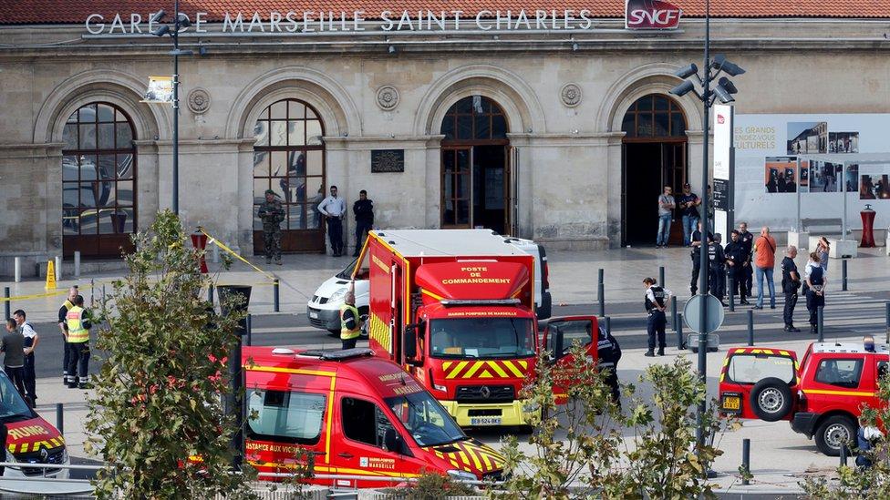 Vehículos de emergencia en la estación de tren Saint Charles, en Marsella.