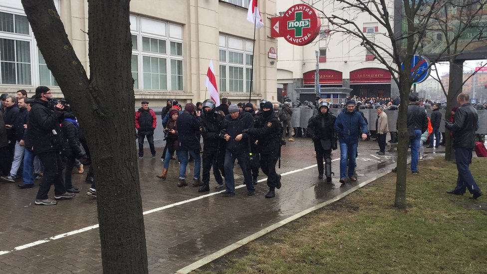 На демонстрации в Минске задержаны более ста человек