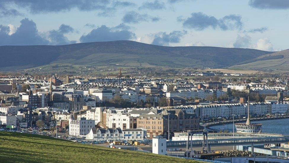 La Isla de Man tiene menos de menos de 85.000 habitantes.