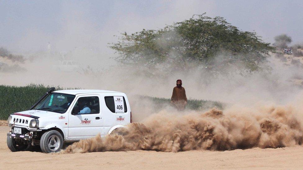 تصاویر: چولستان کے صحرا میں جیپ ریلی