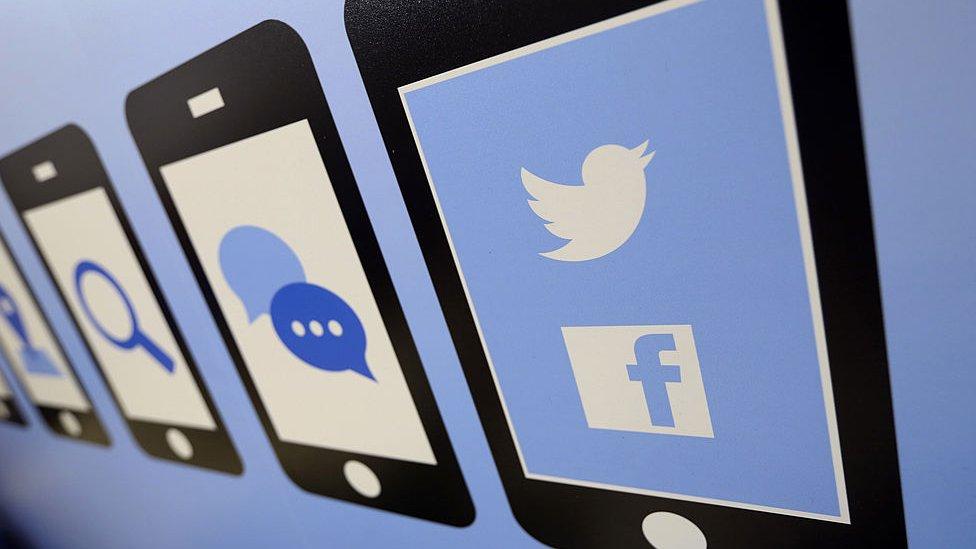 Las redes sociales tienen aparatados específicos para denunciar el robo de identidad.