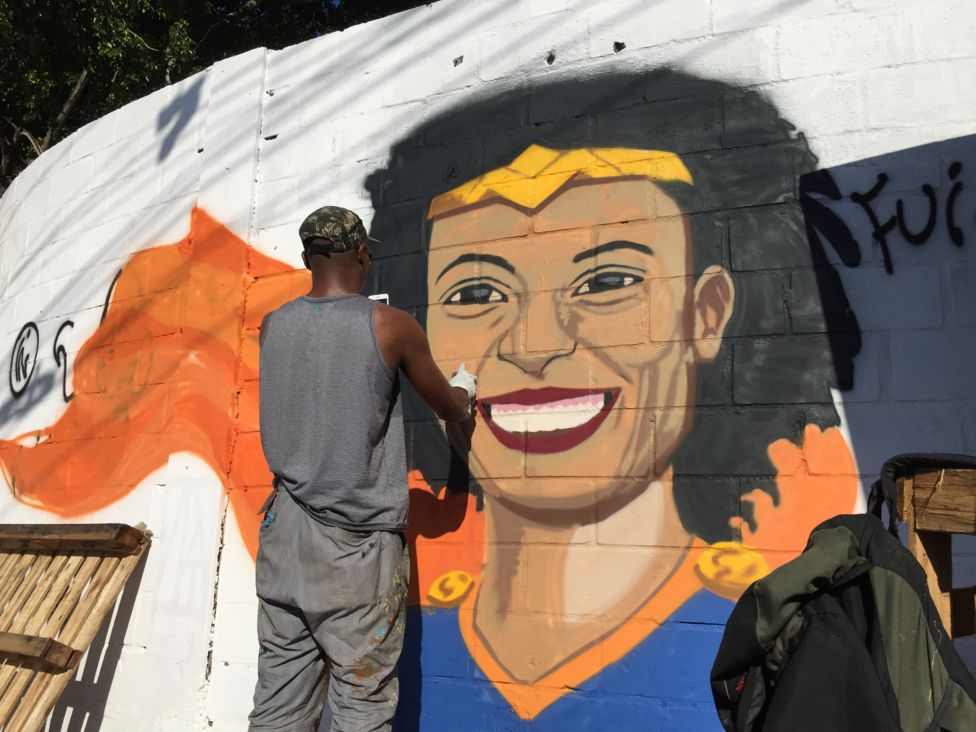 Mural homenaje a Marielle Franco, retratada como Mujer maravilla. | Foto: Júlia Dias Carneiro/BBC Brasil