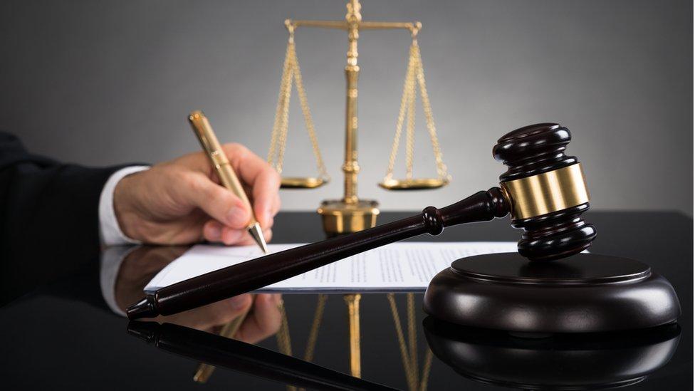 El Tribunal Supremo español aprobó por unanimidad una medida cautelar que prohíbe a Puigdemont ser investido presidente a distancia.