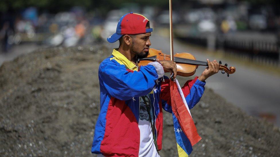 Wuilly Arteaga tocando en las calles de Caracas en una protesta en julio.