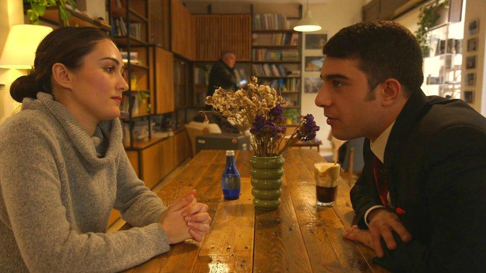 قبرص تركي وقبرصية يونانية في مقهى
